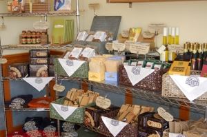 Supplies in the shop that can accompany cheese -